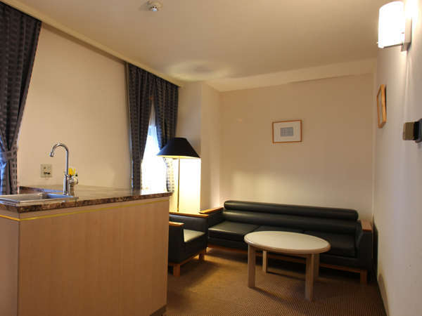 ツインデラックスルームにはリビングも。ミニバーと大きめのソファーがある豪華特別室