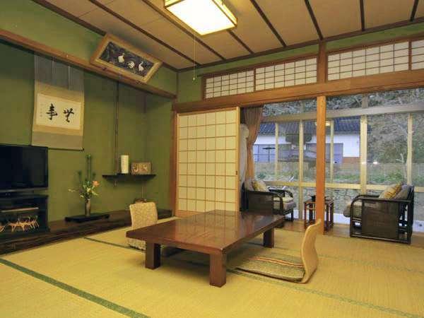 和室8畳。和の空間でお寛ぎください。