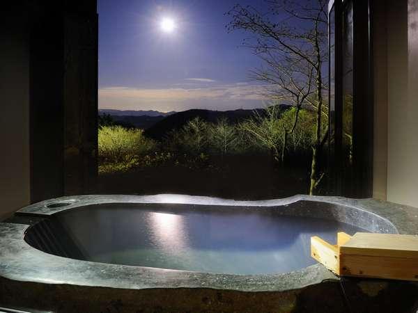 全客室の露天からは『山並を眺め、月に聴く』事が可能。これが観山聴月のコンセプト。