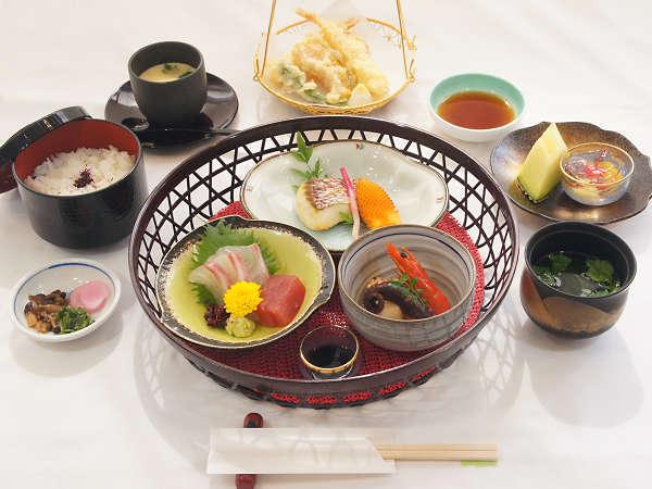 四季・旬の食材を用いた炊合せ、御造り、天麩羅などがセットになった料理長お勧めの逸品です。