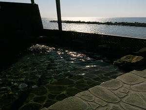 露天風呂から日本海に沈む夕陽を鑑賞♪サイコーの贅沢です。