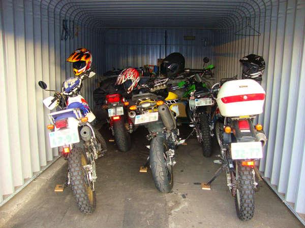 バイク置き場はカギ付きです 4~5台まで収容可能です