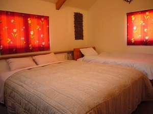 スタンダードルーム。シングルベッド1つ・ダブルベッド1つ。