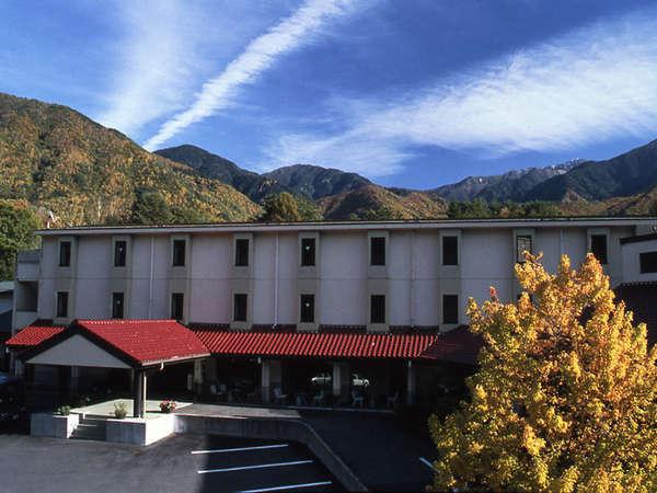 木曽駒高原の清々しい空気に包まれ佇む森のホテル。