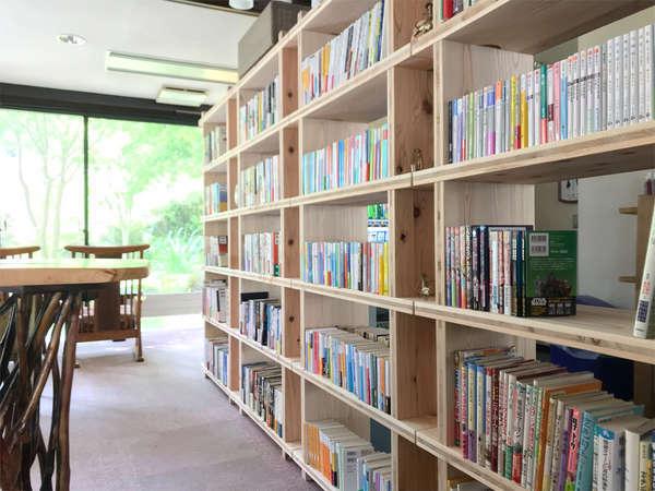 ◆約1000冊の本が並ぶ図書コーナー