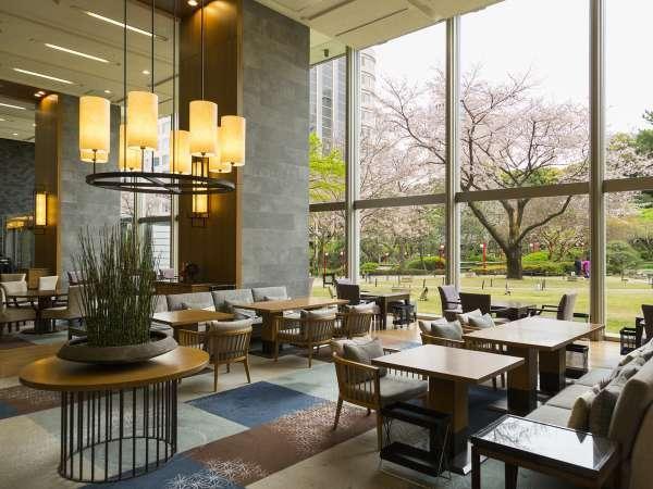 日本庭園の桜を眺められるラウンジ光明でティータイムを楽しんでみては