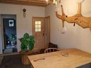 客室「華hana」8畳洋室には、ダイニングテーブルとイスでの食事スタイル。