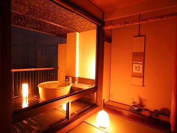 露天風呂付客室。真新しい畳の香りのお部屋と、自分専用のお風呂で、心身リラックスのひとときを