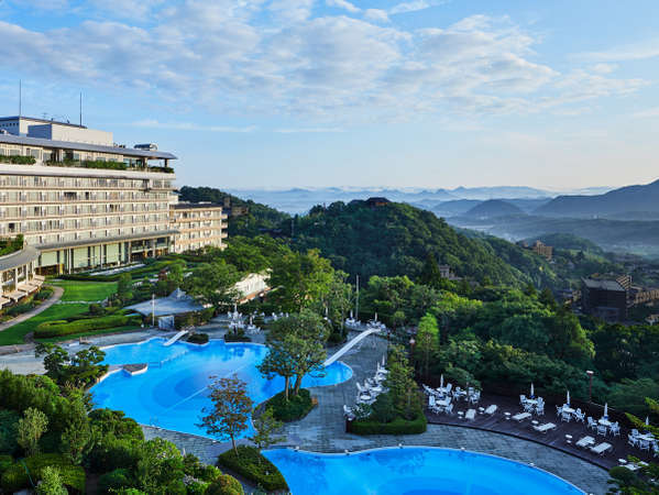 高台に位置した眺望自慢のホテル。条件が揃った日には雲海が見られることも。