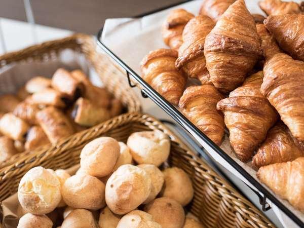 【朝食】レストラン奥のオーブンで焼いているので、朝から香ばしい香りに包まれます♪