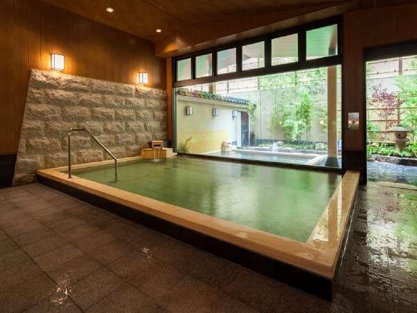 檜の浴槽を使用。檜の香りに包まれた温泉をお愉しみ頂けます。