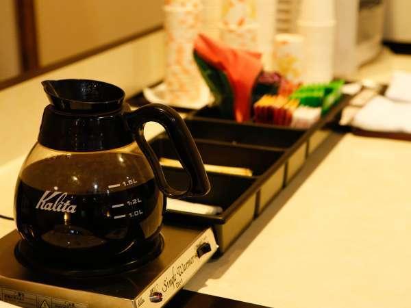 新設された湯楽文庫はコーヒーや紅茶など、フリードリンクのサービスも!