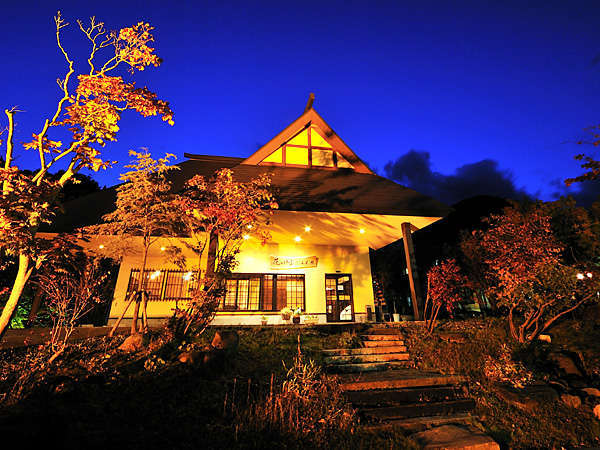【新館「桐の花」】夕方からライトアップされ、山間に輝く