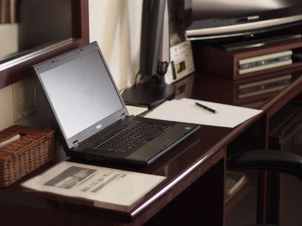 デスクワークにも最適!広々とした机をご用意☆