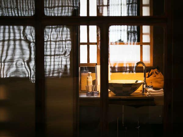 洗面台には上品な国の伝統的工芸品・丹波立杭焼を