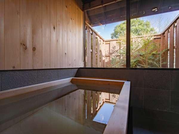 【VMGスイート・701】プライベート庭園を眺めながら総檜造りの広々とした浴槽に浸かれる「庭見風呂」。