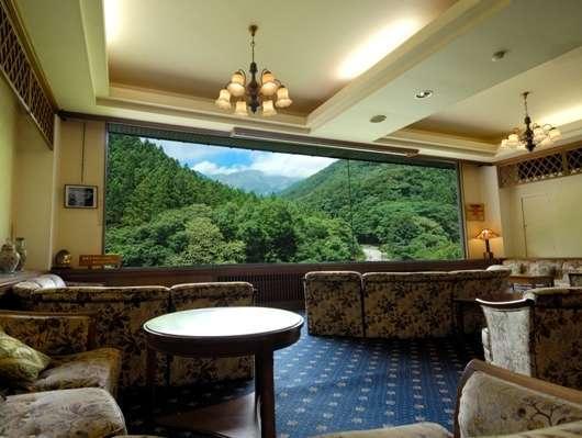 【展望ラウンジ】雄大な谷川岳が眼下に広がるラウンジで優雅なひとときをお過ごし下さい。