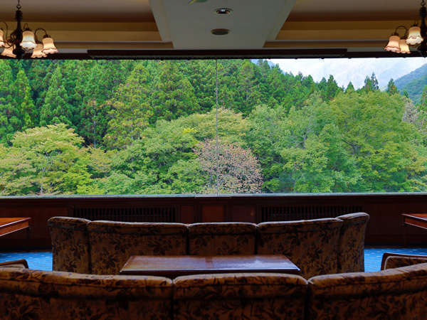【展望ラウンジ】ロビーからは1枚ガラス越しに谷川岳を望めます