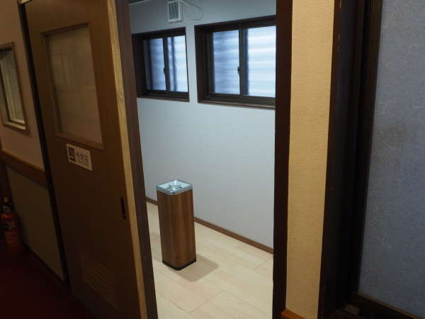 全客室禁煙です。お煙草(電子タバコ含む)は館内所定の喫煙スペースをご利用くださいませ。
