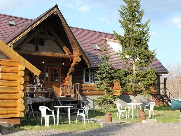 アトレーユのメインハウスは、オーナー手作りのログハウス。