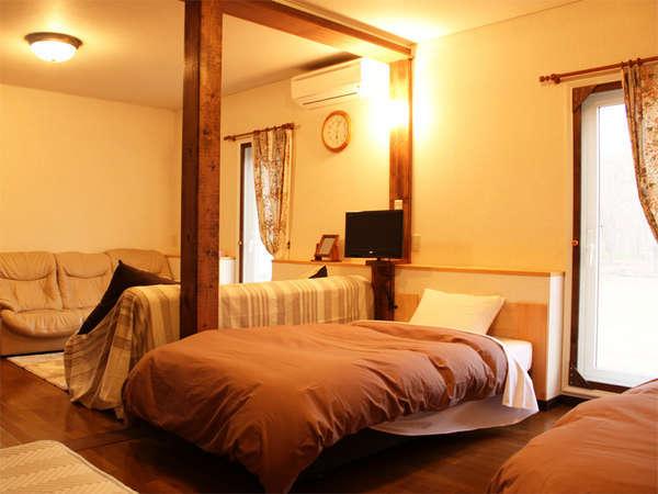 *コンフォートルーム一例/ウッディな雰囲気の宿泊棟。リビング+寝室のゆとりの広さ。