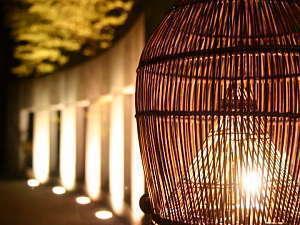 デザイナーズ旅館のような間接照明による光の芸術が皆様をお迎えします
