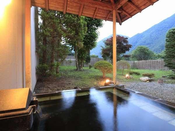 露天風呂からゆっくりと眺める夕暮れの老神の山々