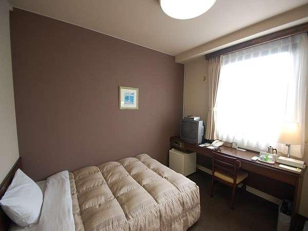 広々としたシングルルーム。お部屋ではWOWOWをご覧いただけます。