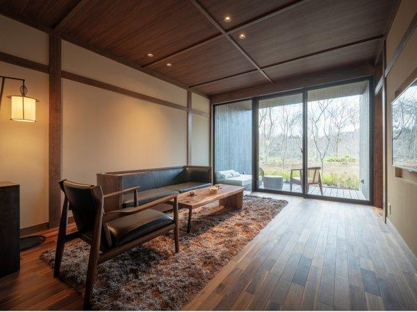 1階リビング全体。1階は、日本の品格のある天井に採用される格天井を、モダンに表現。