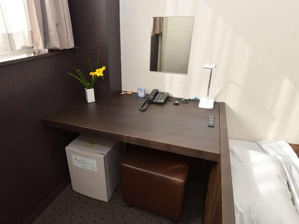 【禁煙】セミダブルバストイレ付き(洋室)広い机で書類やパソコンを広げても仕事がはかどるスペース。