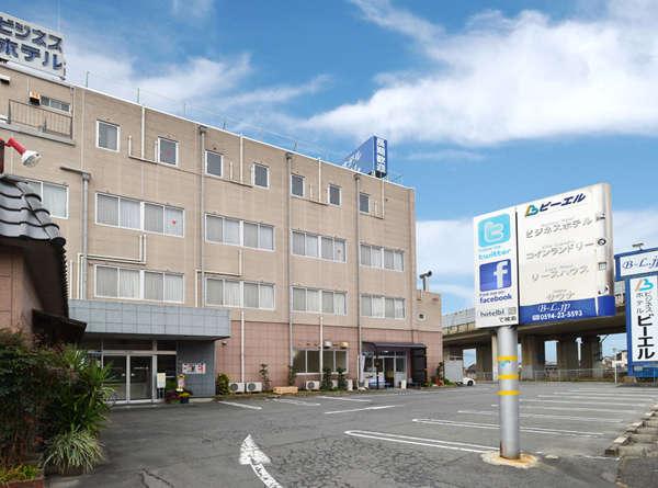 ホテル外観と駐車場