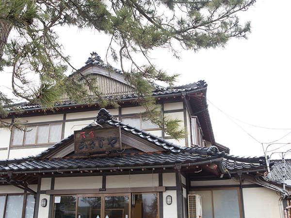 ◇外観◇どっしりと落ち着いた民家のつくり。玄関の松の木が目印です。