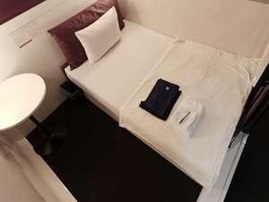 セミダブルサイズの広々ベッドが全室完備。