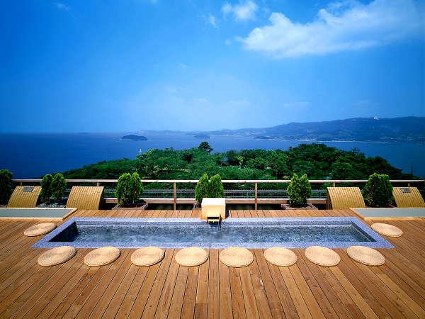 天空露天風呂《天音の湯》では三河湾の絶景を眺めながらのご入浴をお楽しみ頂けます。※写真は足湯