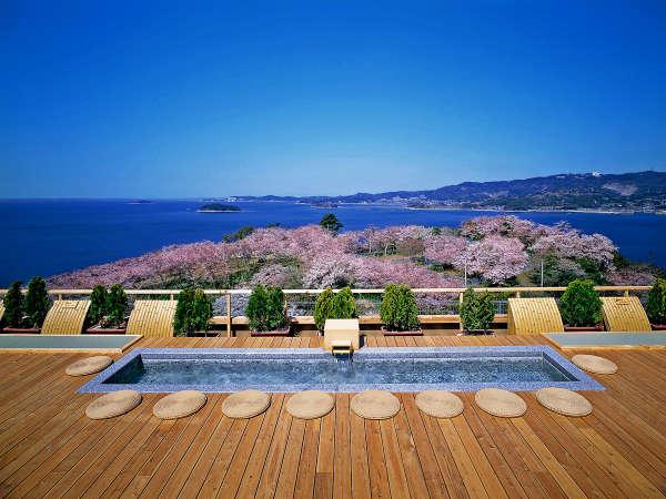 天空露天風呂《天音の湯》の足湯から眺める三河湾と西浦園地桜の美しい絶景。※桜シーズン