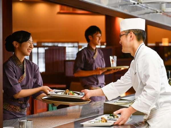 レストラン「季の蔵」ではオープンキッチンから出来立てを提供♪