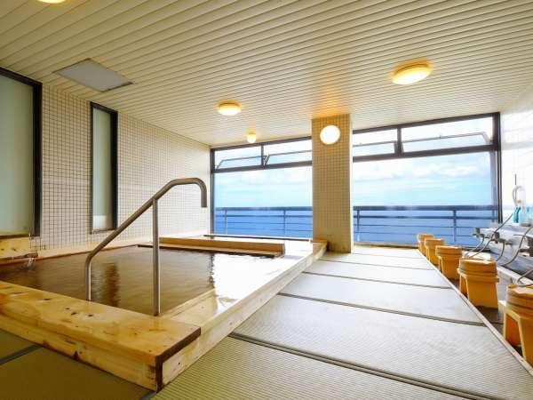【展望台浴場】防水畳を敷き詰め、浴槽全体に檜をふんだんに使った癒しの湯。