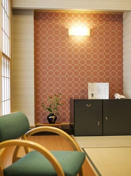客室-縁側にはちょつと低めの椅子を配置。腰を降ろしてゆったり気分