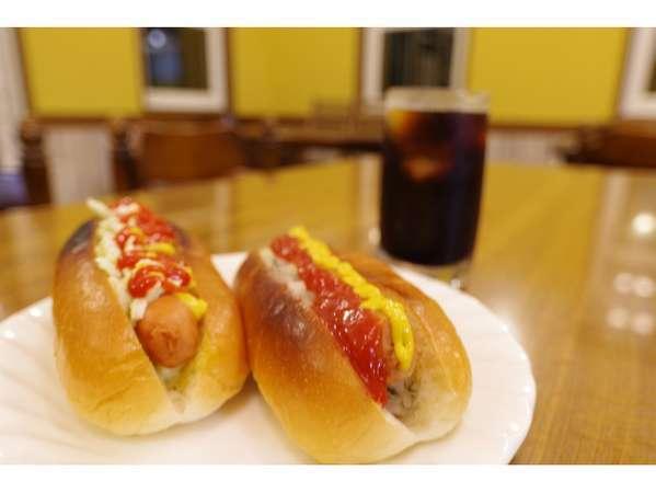 ご希望の方に朝食のホットドッグを大人300円(子供150円)でご提供してます。