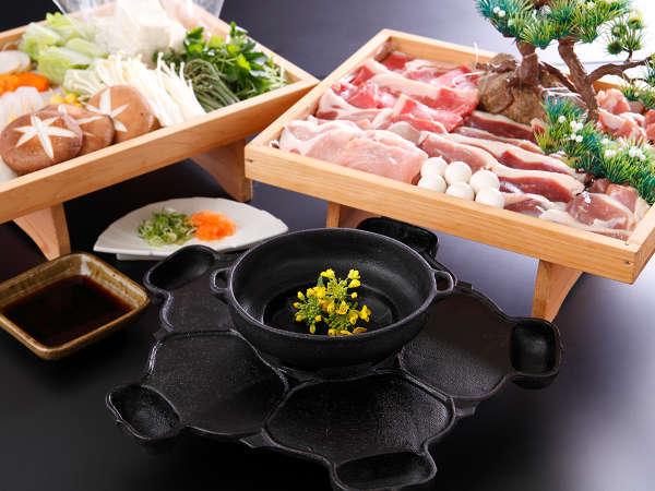 当館名物「義経鍋」6種のお肉と山の幸、歴史ロマンを味わって・・・