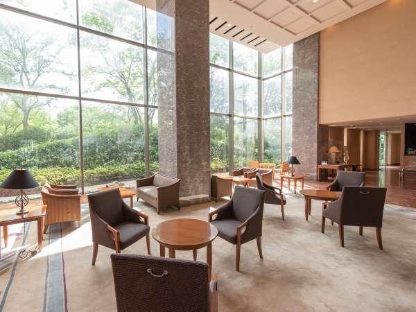 【1階ロビー】高い天井が特徴的なロビースペース。フロント横から国際会議場へ直結。