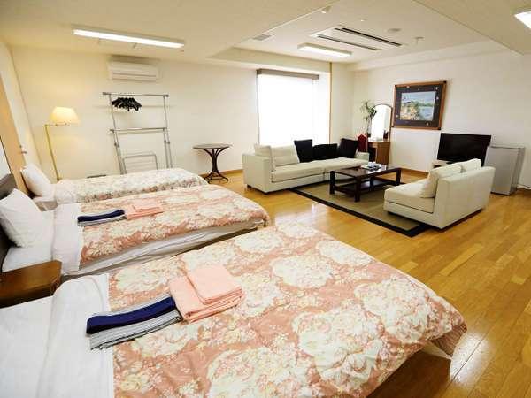 葵の間:贅沢に広々使った3ベッドのお部屋。最大6名まで可能。洗面台・トイレ付。バスなし。