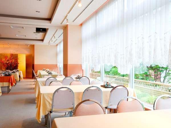 【朝食会場】花柄クロスがかわいい明るい朝食会場