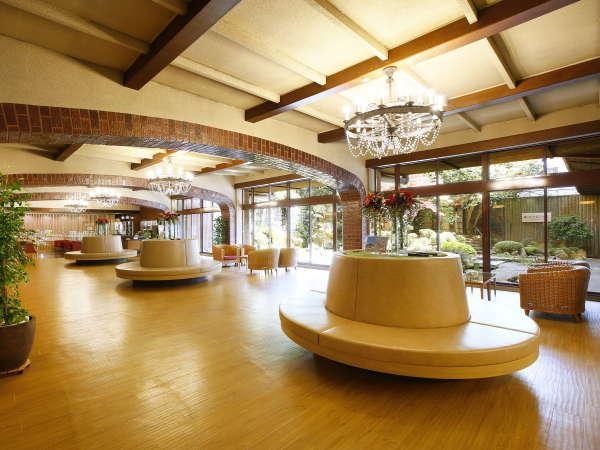 レンガ造りの柱など、昭和レトロ感が漂う洋館風のロビー。