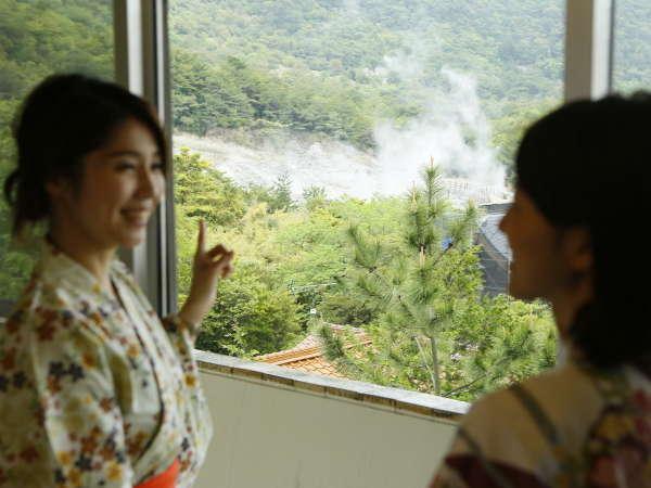 <お部屋からの眺めの一例>湯けむり立ち上る自然豊かな雲仙温泉を見下ろします。