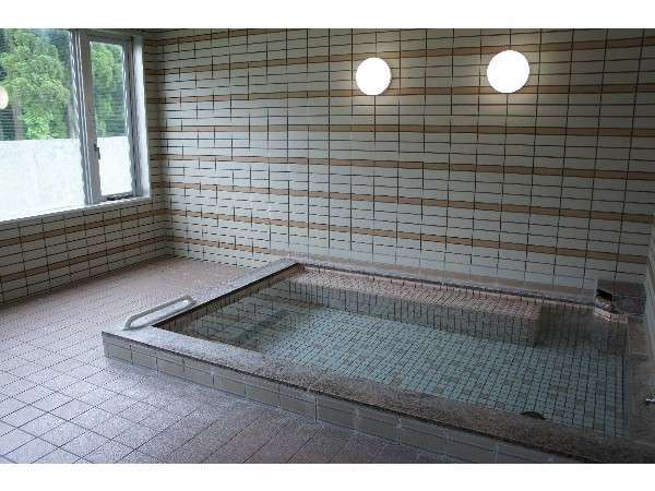 24時間入浴可能の男女別温泉。美肌効果があり、温まりの湯。