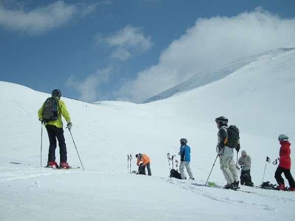 月山の雄大な景色を楽しみながら春スキーを楽しめます