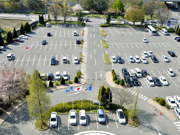 [駐車場]ホテル客室より見下ろした駐車場です。