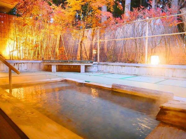 ライトアップされた紅葉を愉しむ露天風呂