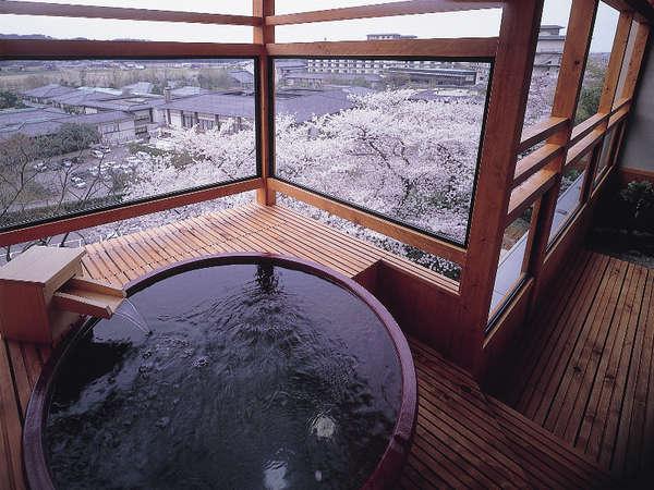 信楽焼きの露天風呂が付いた客室。